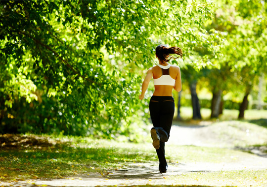 фото убегающей женщины